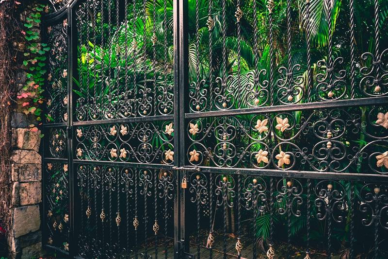 Jakie zawiasy wykorzystuje się w konstrukcjach bram posesyjnych?
