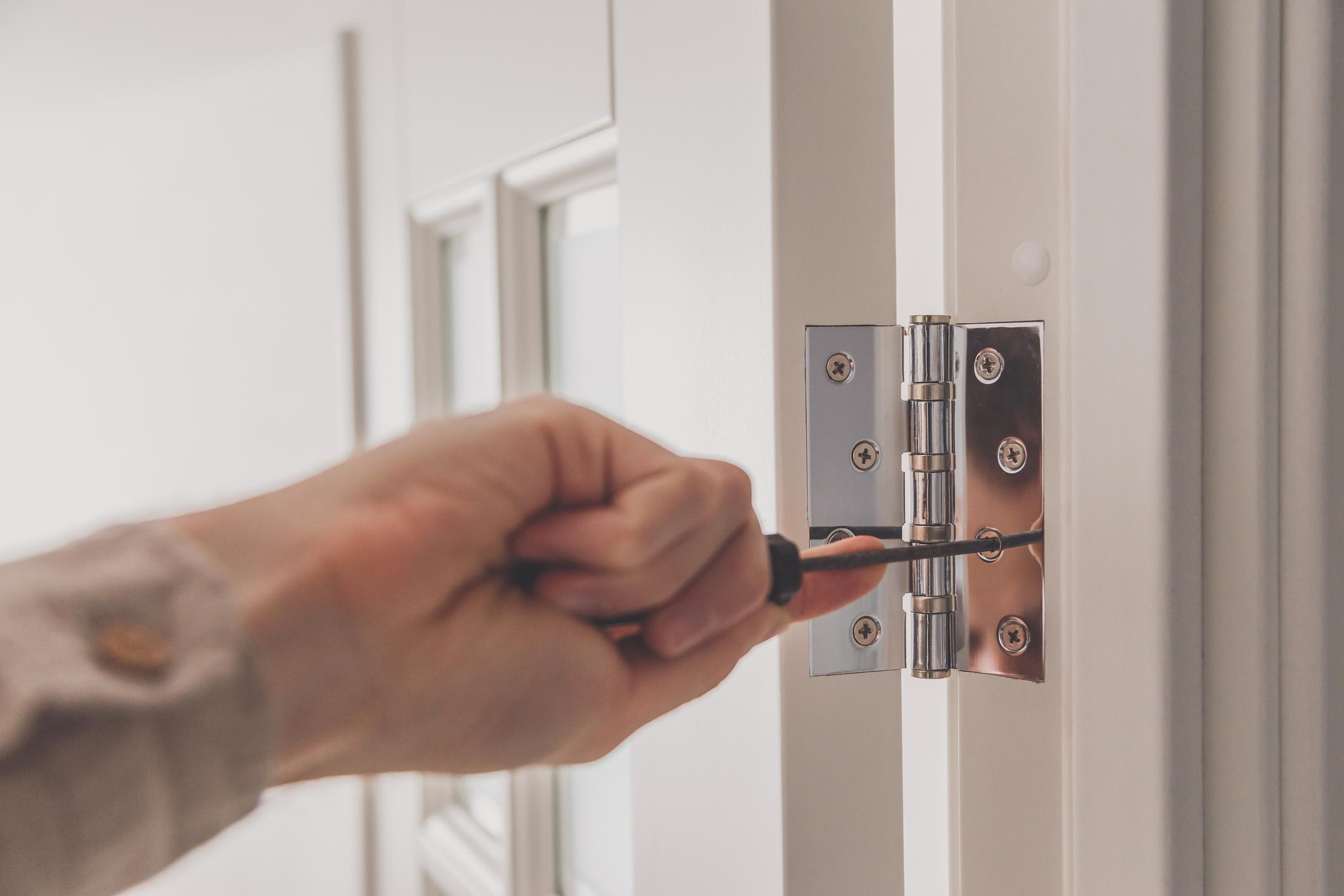 Jak ukryć zawiasy w drzwiach?